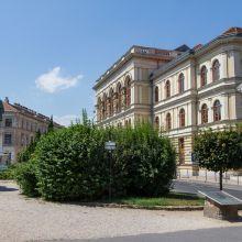 Sopron, Széchenyi tér a Széchenyi szoborral és a Liszt Ferenc Művelődési Központ épületével